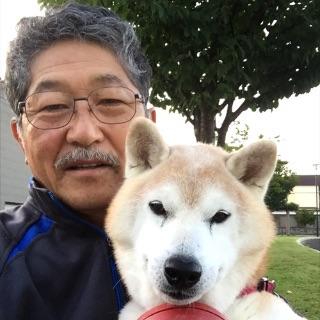 愛犬のゴンちゃんと今さん。若いうちは何の気なしに食べていた山菜も、歳を重ねて青森の食文化のひとつとして気付いたそう。