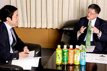 笹谷氏(右)の「発信型三方よし」の話に聞き入る聞き手の古塚(左)。