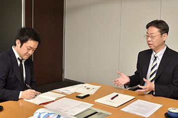 常川氏(右)と、聞き手の古塚(左)