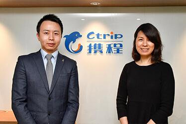 蘇代表(左)と筆者(右)CTRIP JAPANのオフィスにて
